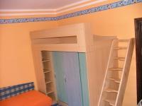 Dětský pokoj lamino, schody masiv